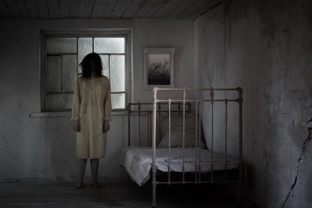 Teenager-mädchen in einem beängstigend verschlossenen raum, entführung, horrorfilm