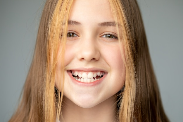Teenager-mädchen lächelnd und zeigt gezackte weiße zähne, zahnmedizin und gesundheitswesen