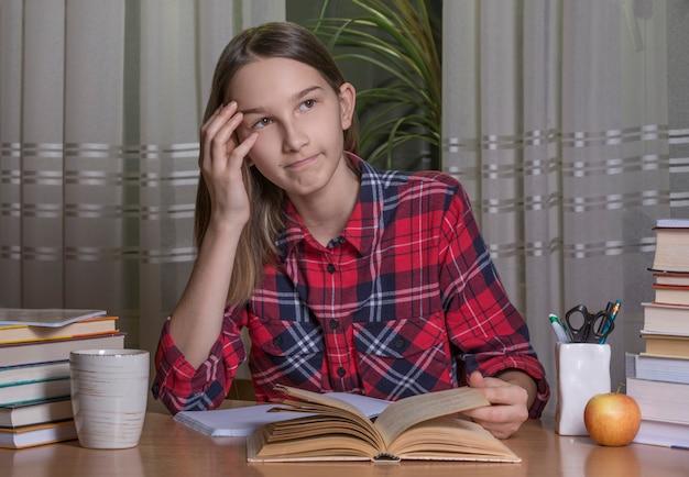 Teenager-mädchen macht ihre hausaufgaben