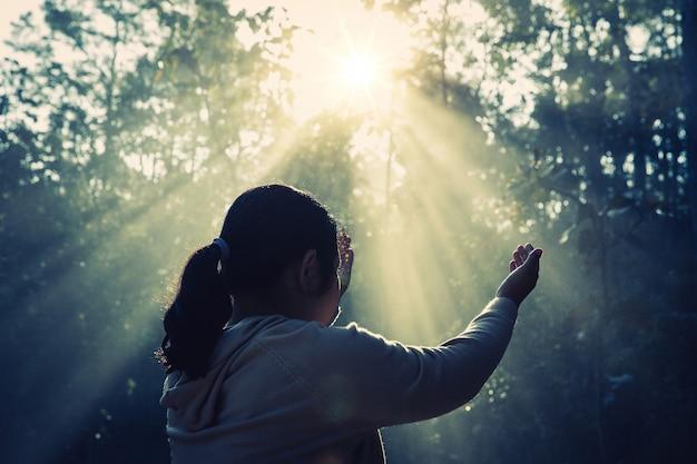 Teenager-mädchen mit dem beten frieden, hoffnung, traumkonzept.
