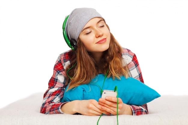 Teenager-mädchen mit einem smartphone