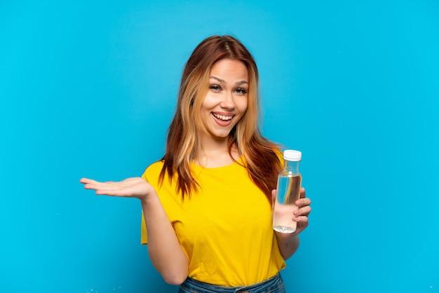 Teenager-mädchen mit einer flasche wasser isoliert