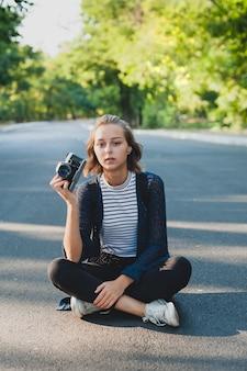 Teenager-mädchen mit fotokamera