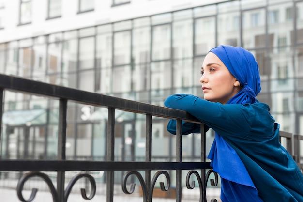 Teenager-mädchen mit hijab, der mit kopienraum aufwirft