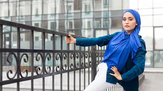 Teenager-mädchen mit hijab posiert