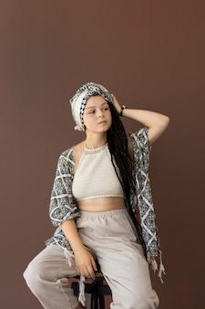 Teenager-mädchen mit hippie-kleidung und dreadlocks