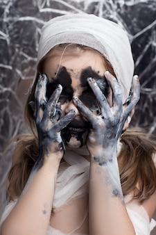 Teenager-mädchen mit mama bandagen an halloween