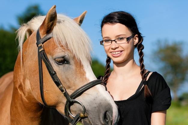 Teenager-mädchen mit pferd