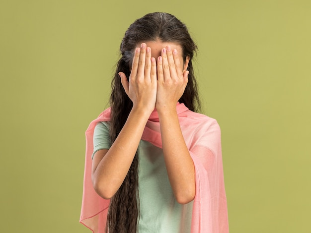 Teenager-mädchen mit schal bedeckt gesicht mit händen isoliert auf olivgrüner wand mit kopierraum