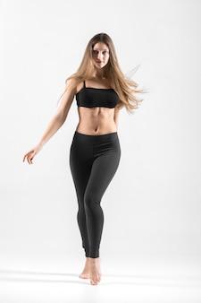 Teenager-mädchen tanzen workout