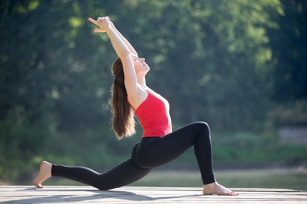 Teenager-mädchen tun halbmond lunge pose