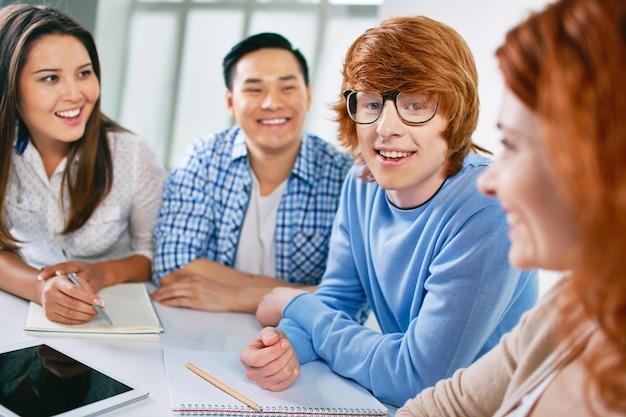Teenager mit brille lachen
