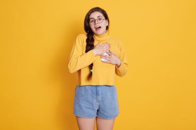 Teenager mit geöffnetem mund und erstauntem gesichtsausdruck