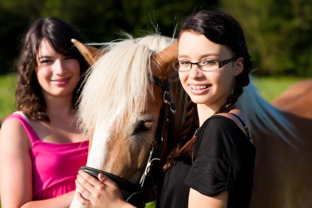 Teenager mit pferd
