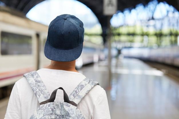 Teenager mit rucksack und capent
