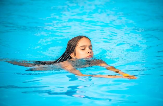 Teenager schwimmt im klaren blauen wasser