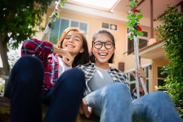 Teenager spielen gerne swing zusammen, verschiedene ethnien