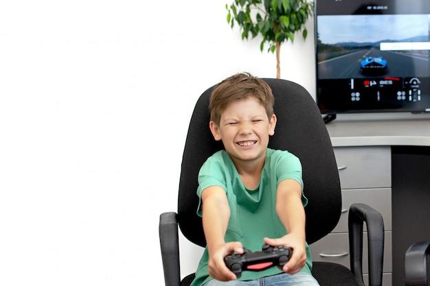 Teenager spielt ein computerspiel mit kopfhörern und einem joystick, spielekonsole. emotion