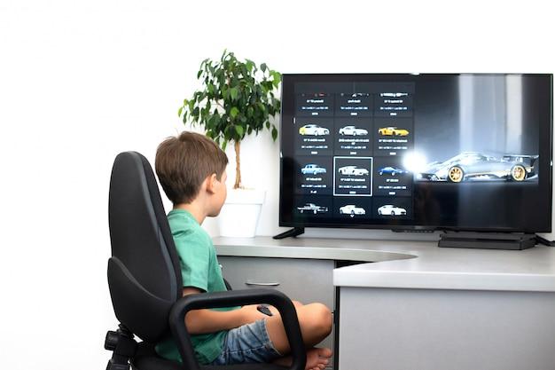 Teenager spielt ein computerspiel mit kopfhörern und einem joystick, spielekonsole.