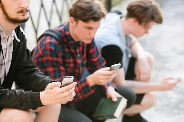 Teenager-sucht nach sozialen netzwerken. moderner jugend-online-lifestyle. studenten durchsuchen das internet nach studieninformationen. fehlendes live-kommunikationskonzept