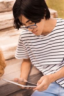 Teenager surfen im internet auf der treppe