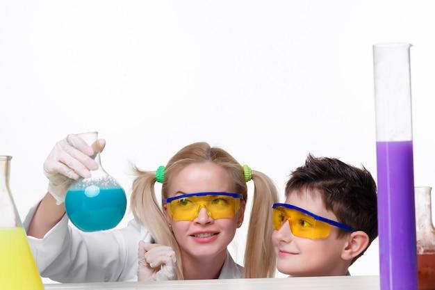 Teenager und chemielehrer beim experimentieren
