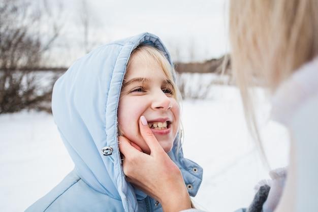 Teenager und ihre mutter im winter