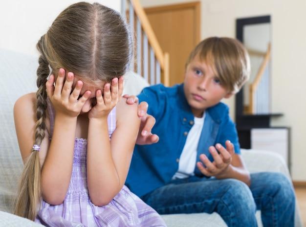 Teenager und kleines mädchen, die zu hause streiten