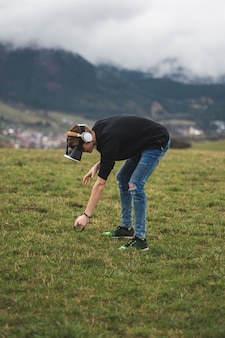Teenager verloren in einer digitalen welt - süchtig nach spielen - virtuelle realität