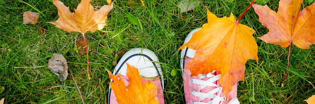 Teenagerbeine in textilmaterialstiefeln, die auf dem boden stehen. jeans.hipster pinke schuhe an einem sonnigen tag