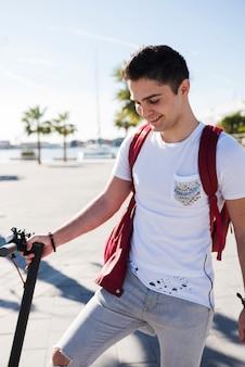Teenagerlebensstilkonzept mit roller