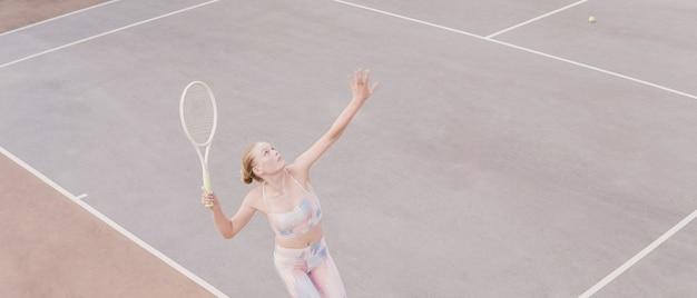 Teenie-mädchen, das tennis spielt, gesundes junges athletentraining, aktives wohlfühlkonzept