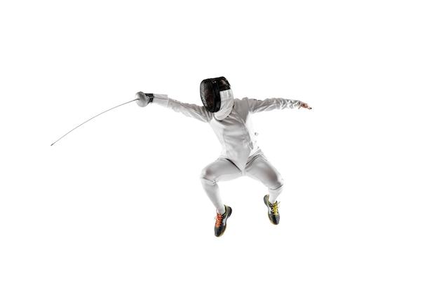 Teenie-mädchen im fechtkostüm mit schwert in der hand isoliert auf weißem hintergrund