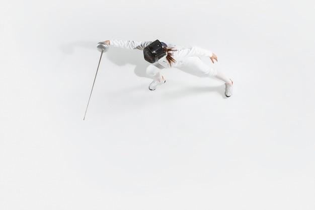 Teenie-mädchen im fechtkostüm mit schwert in der hand lokalisiert auf weißem hintergrund, draufsicht