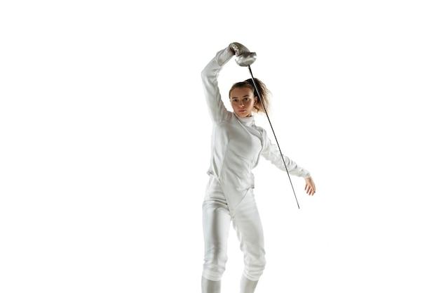 Teenie-mädchen im fechtkostüm mit schwert in der hand lokalisiert auf weißer wand