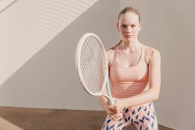 Teenie-tennisspielerin, gesundes training der jungen athleten, aktives wohlfühlkonzept