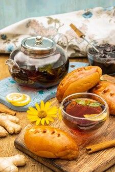Teeparty-konzept mit süßen kuchen auf holztisch selektiver fokus