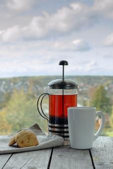 Teeparty mit hausgemachten keksen im sonnigen goldenen herbstwetter