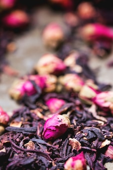 Teerosen und getrocknete hibiscusblume