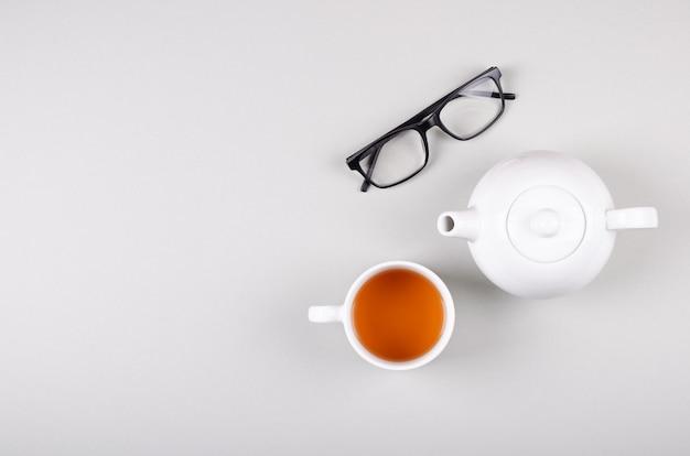 Teeschalenzusammensetzung auf grauem hintergrund. flach liegen.