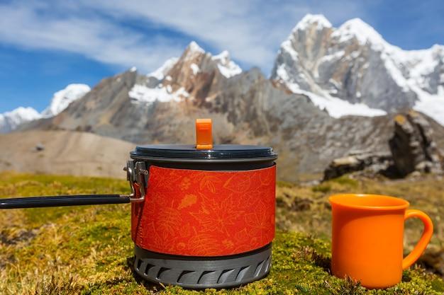 Teeservice im hochgebirge. wanderszene in cordillera huayhuach, peru.