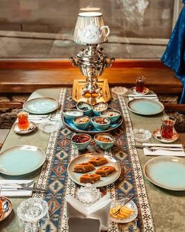 Teeservice mit baklava, marmelade, zitrone und getrockneten früchten
