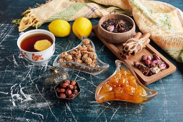 Teeservice mit süßigkeiten und confitures.