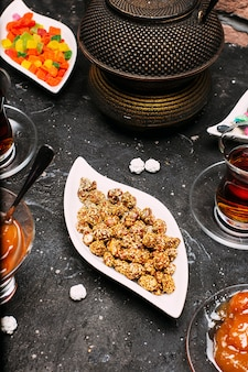 Teeset mit vielen süßen, saftigen marmeladen, susamsüßigkeiten, zitrone und pfirsichkonfitüre