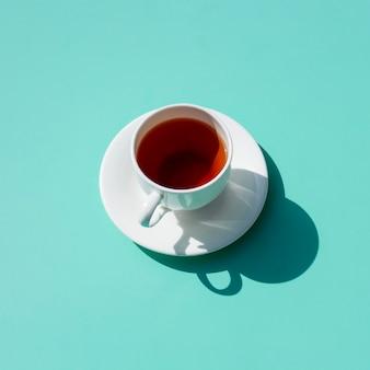 Teetasse, die einen schatten bildet