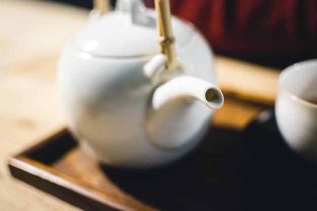 Teetasse mit frisch gebrautem grünem tee