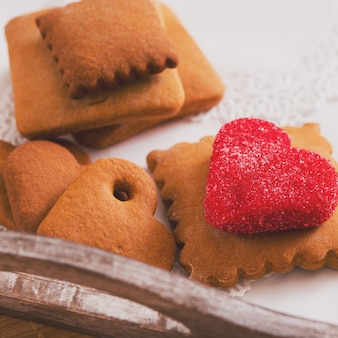 Teetasse mit herzförmigen keksen