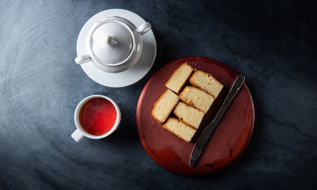 Teetasse und kuchen auf dem tisch