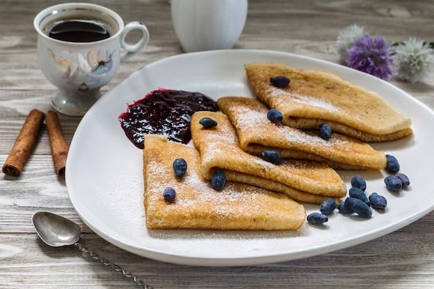 Teetasse und pfannkuchen.