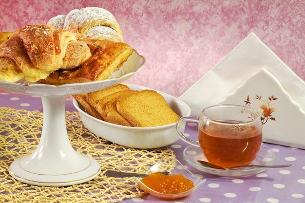 Teetasse und süßigkeiten